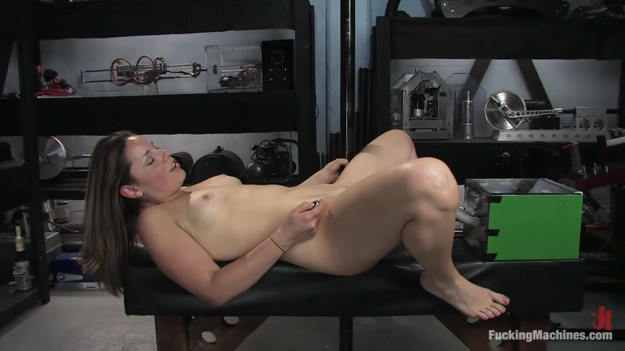 devushka-ispitivaet-orgazm-ot-seks-mashini-podsmotrennoe-za-maminim-seksom