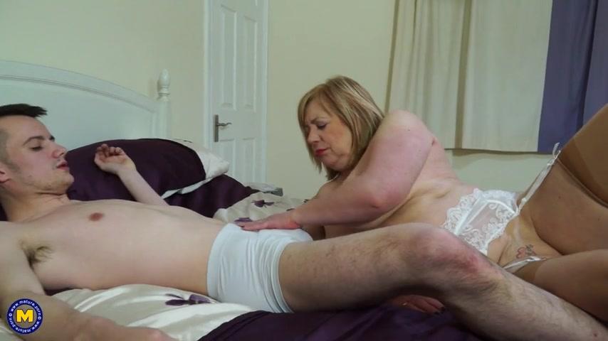 Негр прессует видео зрелые голые женщины возбуждают мужиков порно