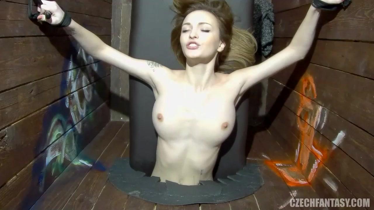 Вынимая скриншот чешское порно у дерева порно